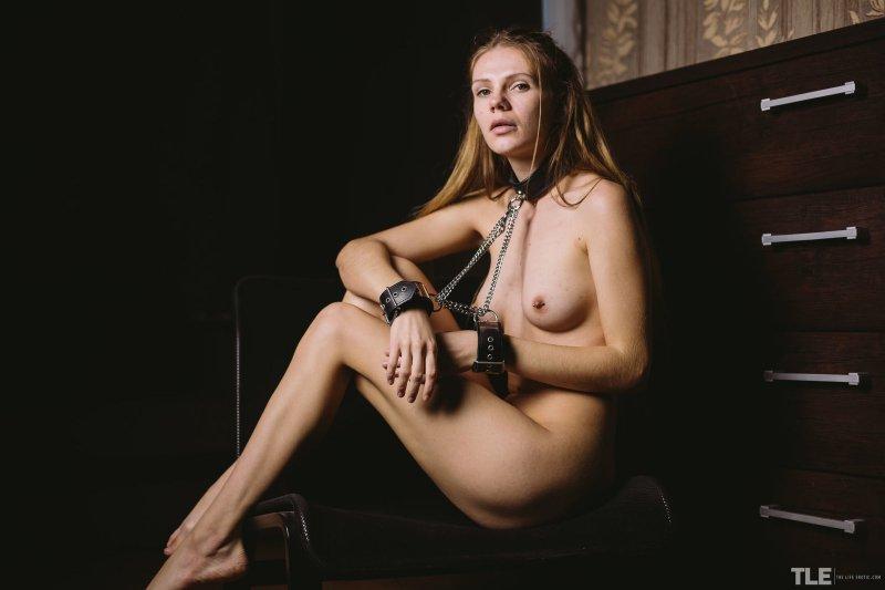 Сучка в наручниках и ошейнике - фото