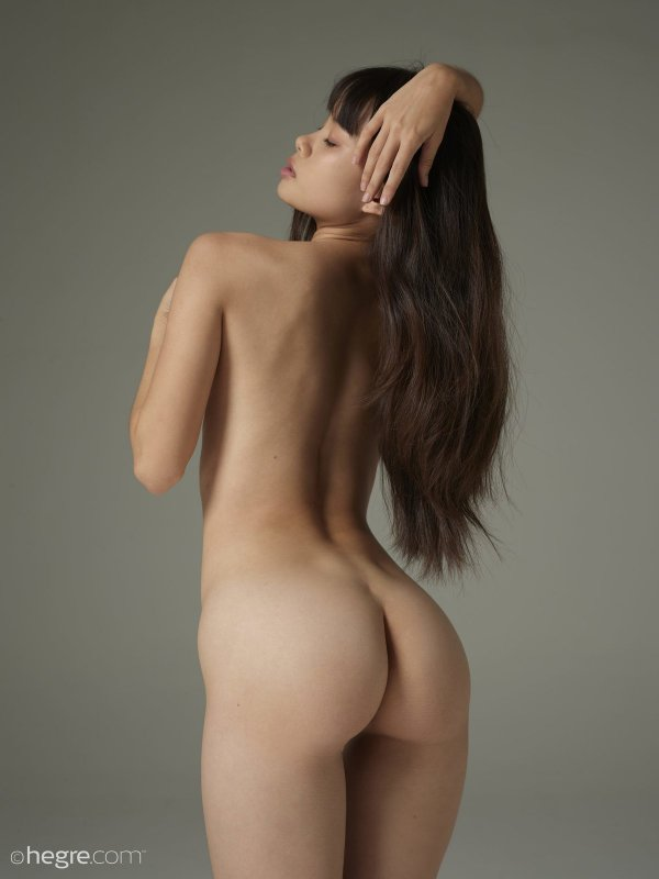 Хрупкая азиатская девушка с плоской грудью - фото