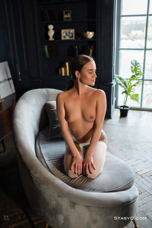 Жопастая девушка с красивыми ногами в чулках - фото