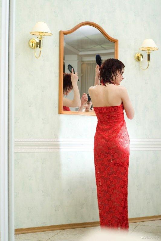 Голая девка с мокрыми волосами - фото