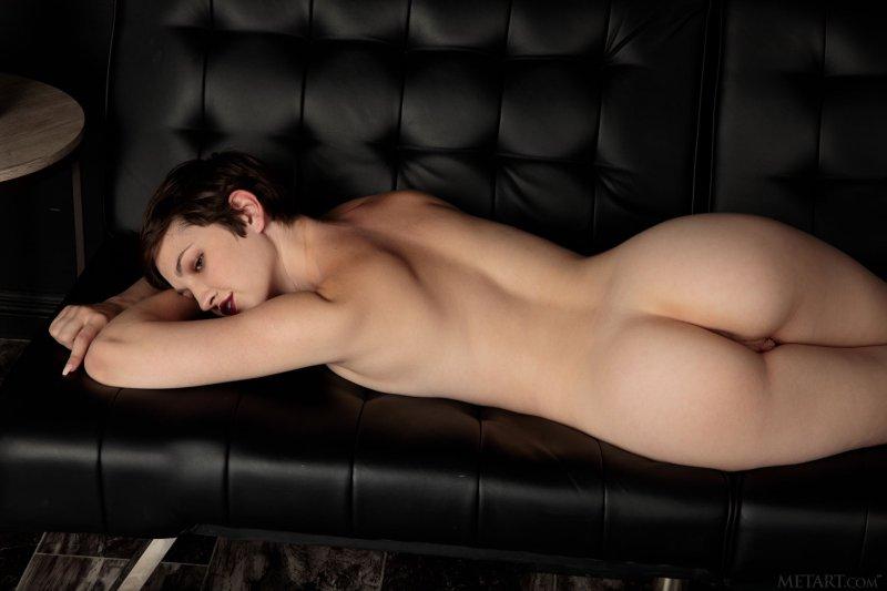 Девушка с голой красивой жопой и писькой - фото