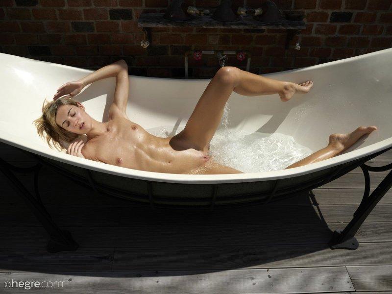 Худая девка с плоской грудью  - фото