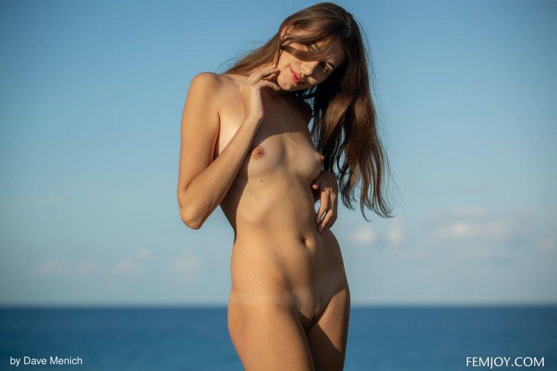 Голая туристка красуется на пляже - фото