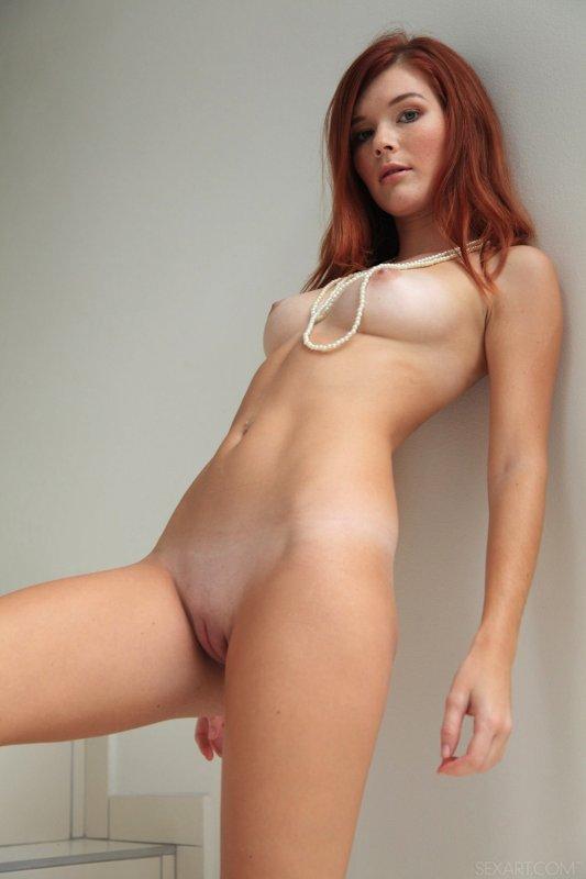 Рыжеволосая простушка с сексуальной фигуркой - фото