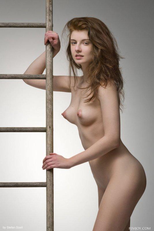 Голая модель с торчащими сосочками на груди - фото