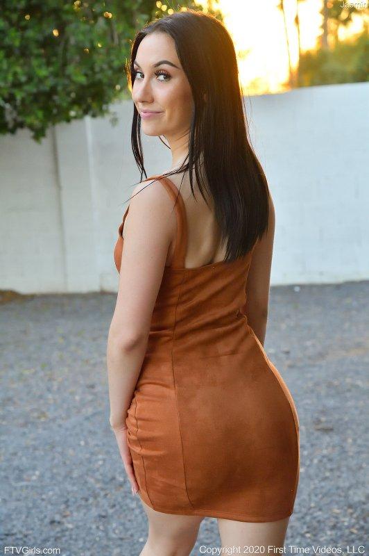 Брюнетка показала себя в купальнике и платье - фото