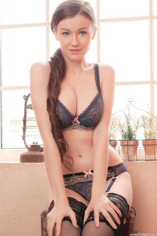 Молодая красотка с шикарной грудью - фото