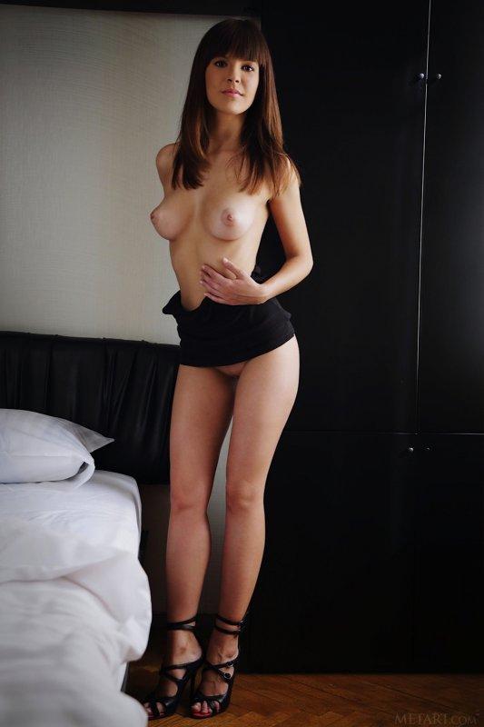 Шатенка с красивыми упругими дойками - фото