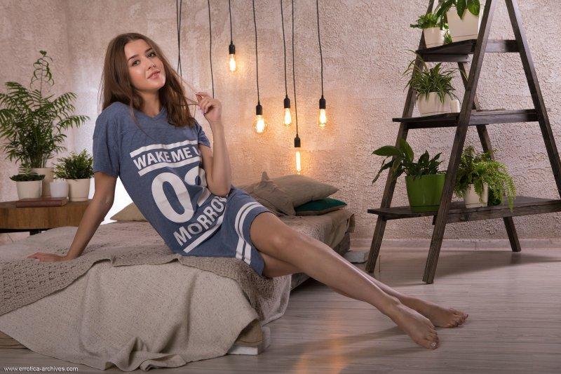 Красотка в длинной футболке на голое тело - фото