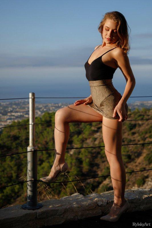 Шатенка с накаченными ляжками снимает платье - фото