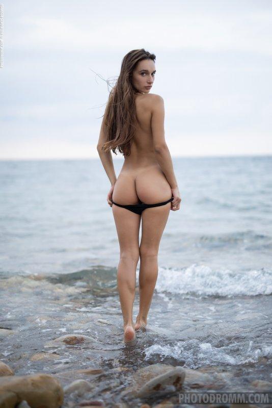 Красивая девушка сняла купальник у моря - фото