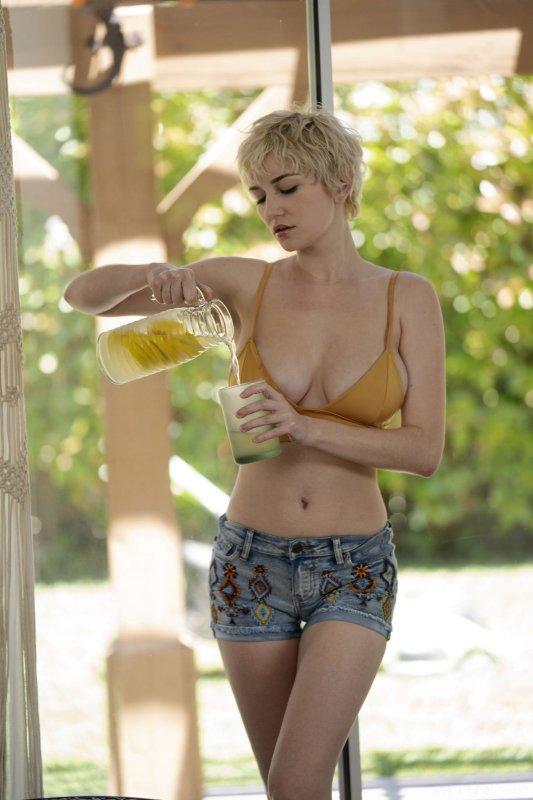 Коротко стриженная блондинка с огромными дойками - фото