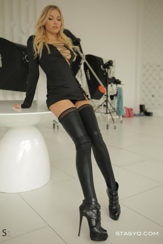 Блондинка в кожаных чулках и трусиках - фото