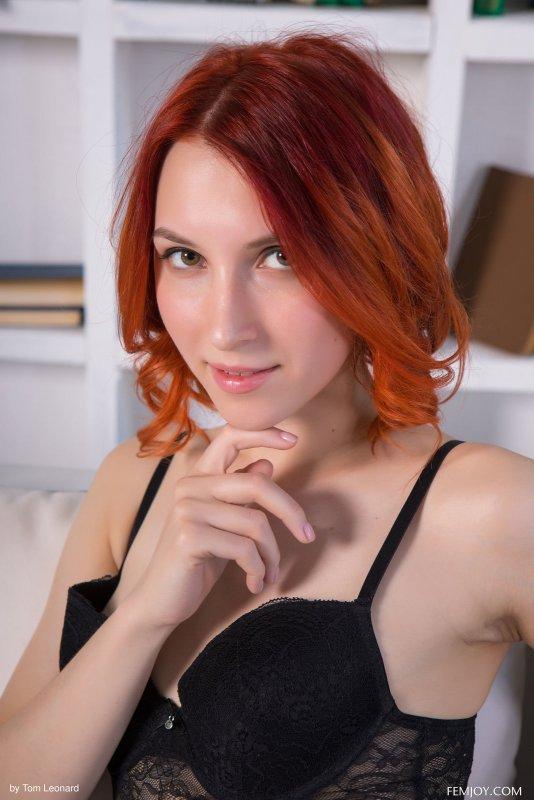 Рыжая девушка ласкает письку пальцами - фото