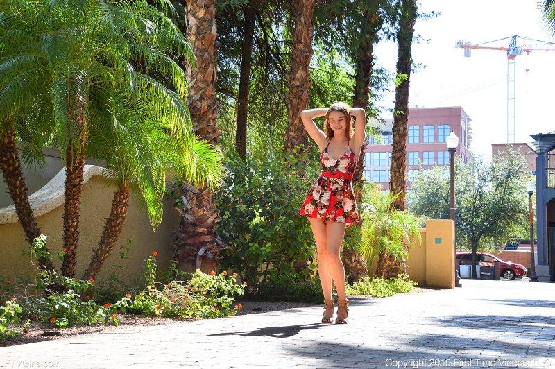 Молодая девка показала прелести на улице - фото