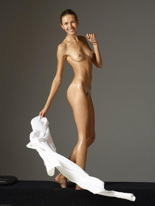 Девушка в белой рубашке на голое тело - фото