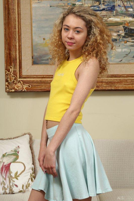 Тощая блондинка с голой пиздой  - фото