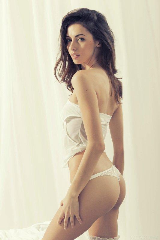 Молоденькая девушка в белых трусиках - фото