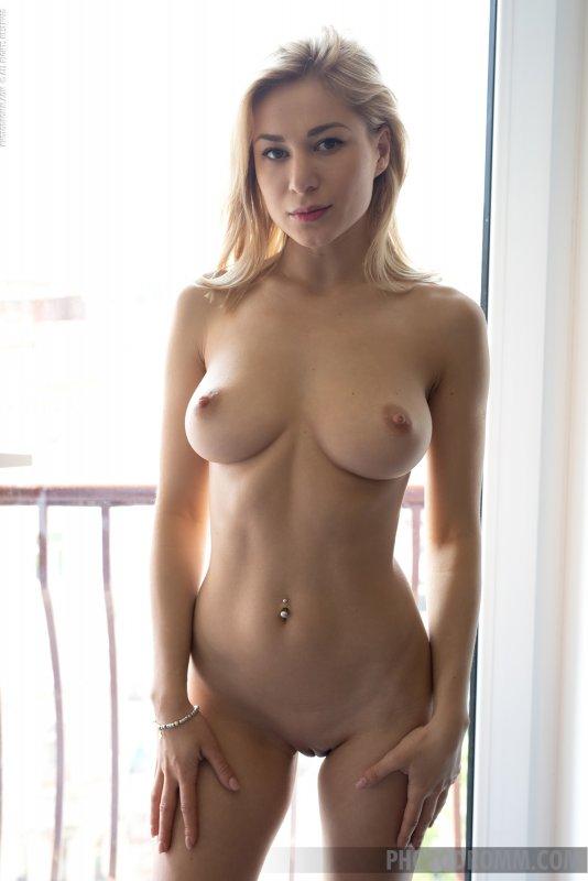 Блондинка с большой красивой грудью - фото