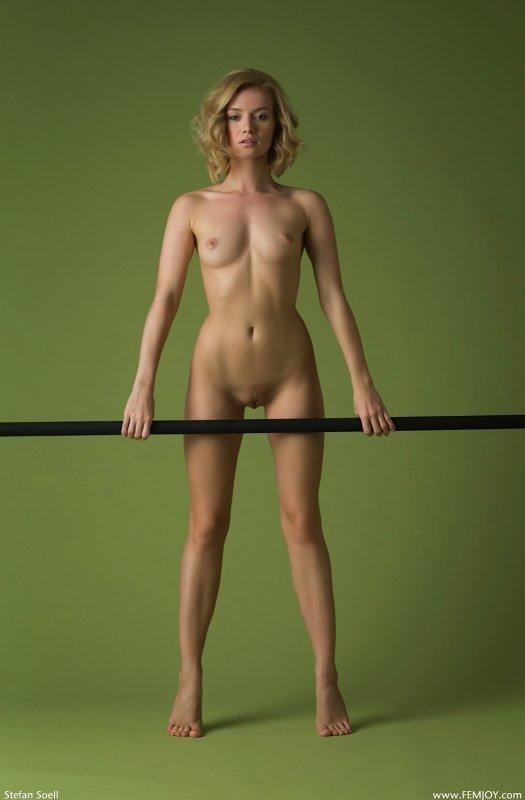 Обнаженная модель со светлыми волосами - фото