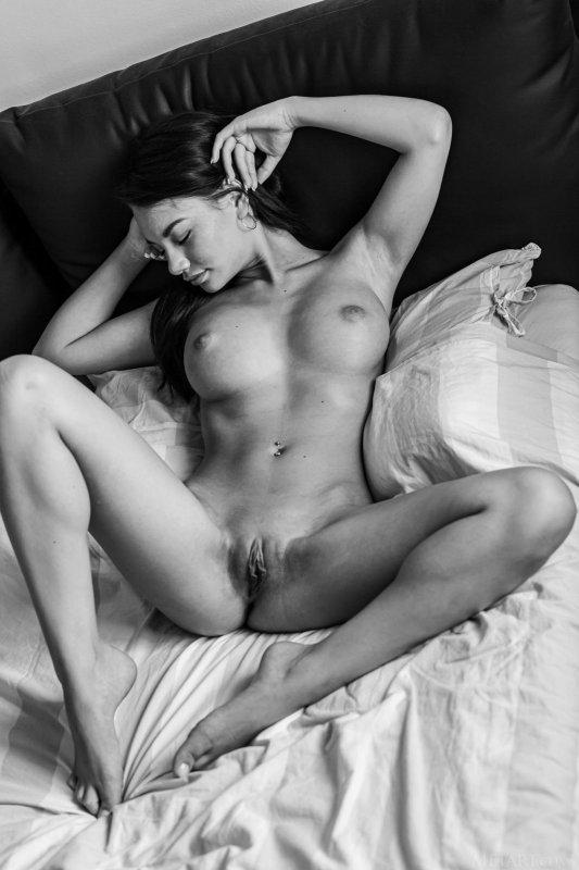 Обнажённая девушка в чёрно-белом цвете - фото