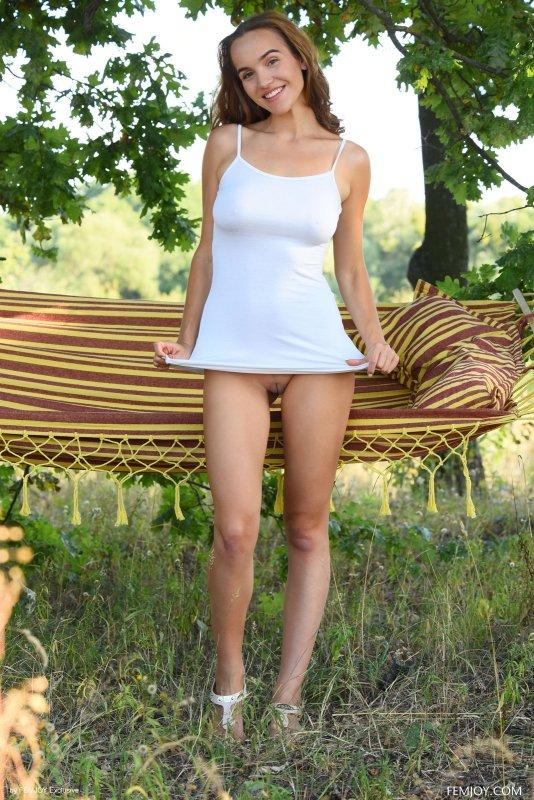 Титястая шатенка голая в гамаке - фото