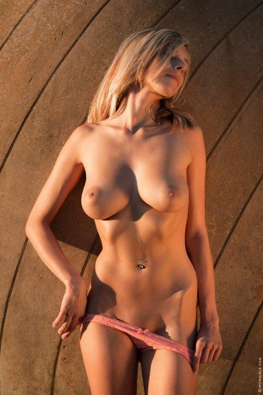 Блондинка снимает ажурные  и лифчик - фото