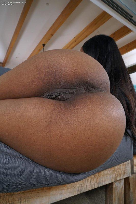 Чернокожая девушка с красивой попой - фото
