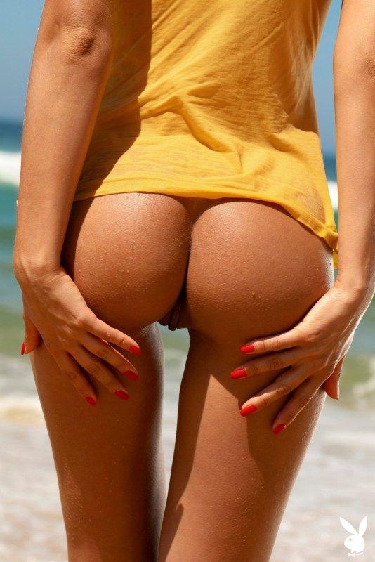 Сексуальная модель с красивой грудью на пляже - фото