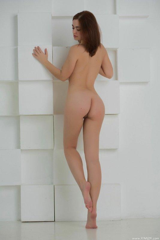 Девушка с подстриженной мандой - фото