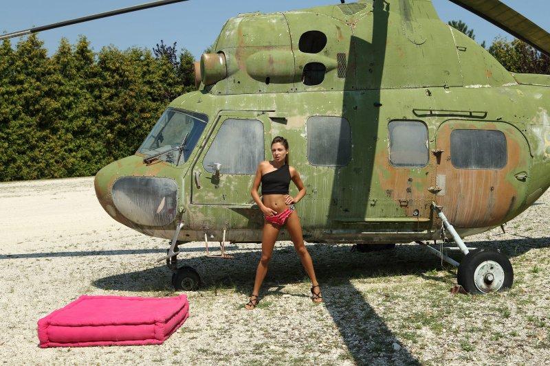 Голая сучка у ржавого вертолета - фото