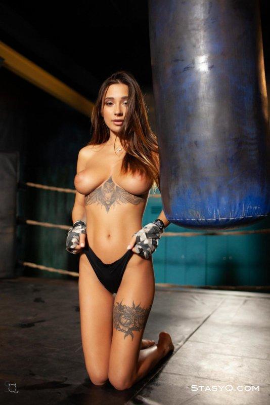 Сексуальная боксёрша обнажённая на ринге - фото