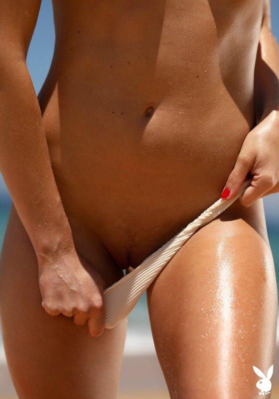 Мокрая сексуальная девушка топлес на пляже - фото