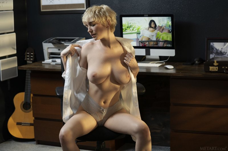 Грудастая секретарша разделась на работе - фото