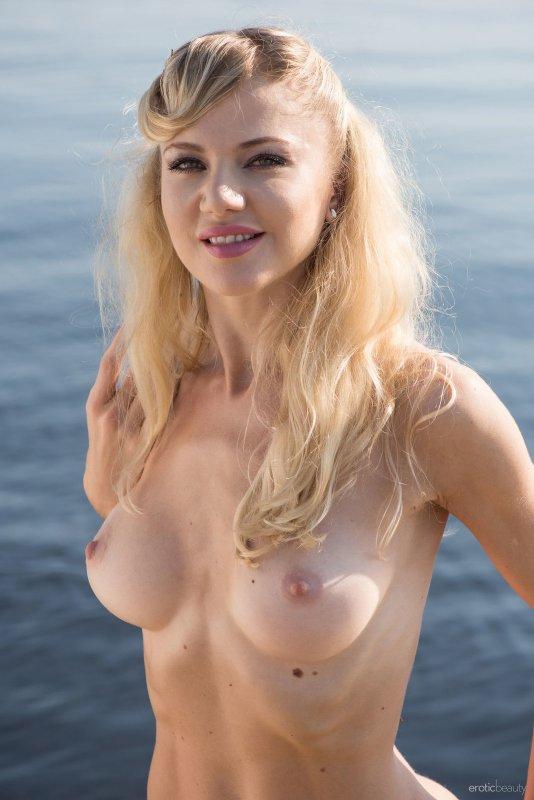 Сексуальная голая блондинка на пирсе - фото