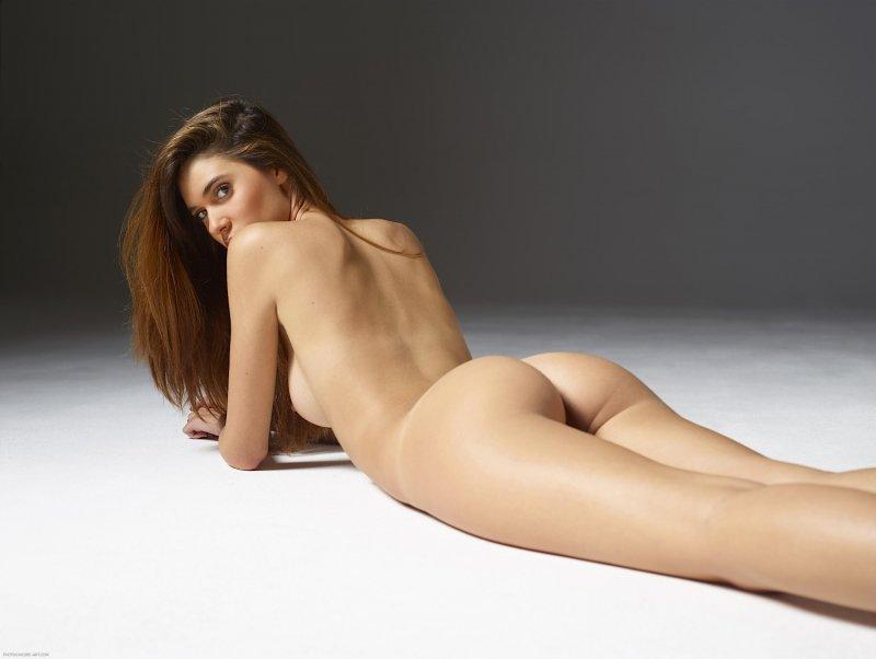 Худая девушка с широкой попкой - фото