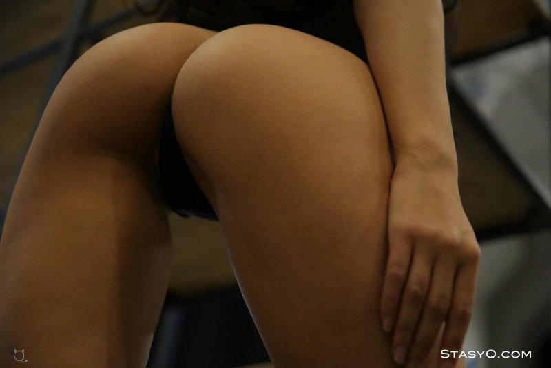 Горячая голая девушка в стрингах - фото