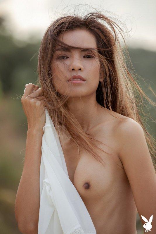 Красивая голая азиатка с худым телом - фото
