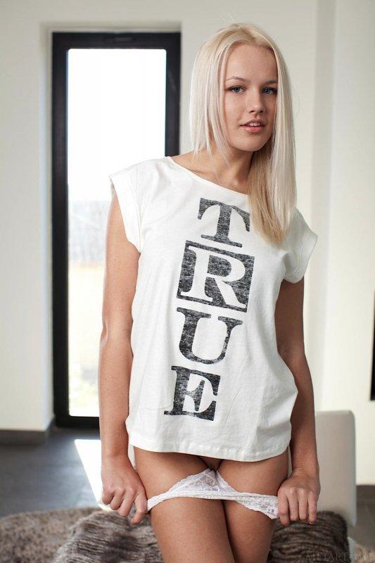 Сладенькая блондинка показала голое тело - фото