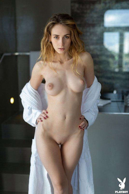 Обнажённая стройная девушка в халате - фото
