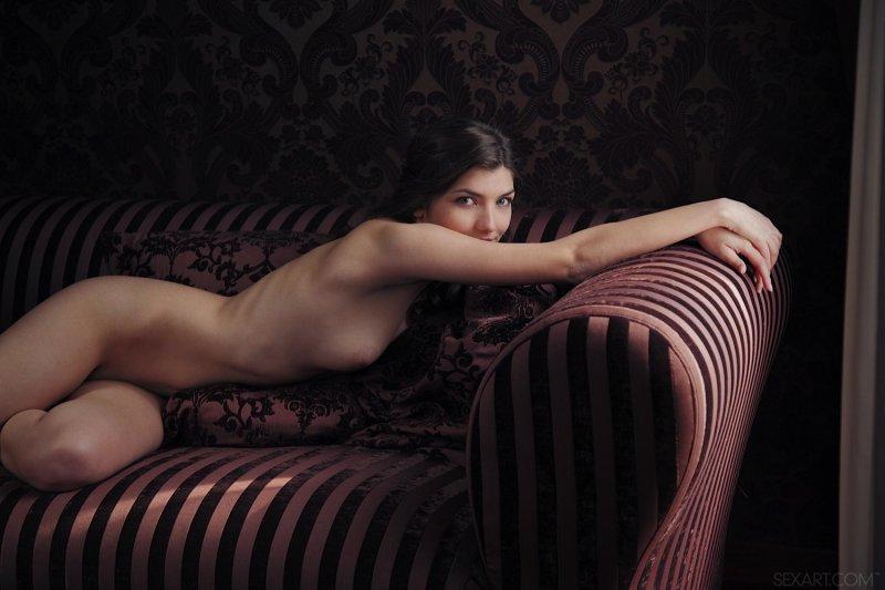 Обаяшка с сексуальным телом на диване - фото