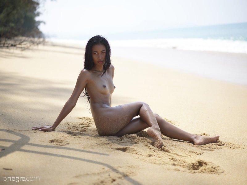 Сексапильная голая тайка на пляже - фото