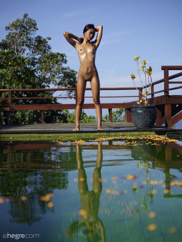 Сексуальная голая азиатка с маленькой грудью - фото