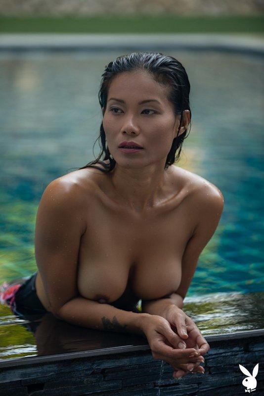 Азиатка сняла купальник в бассейне - фото