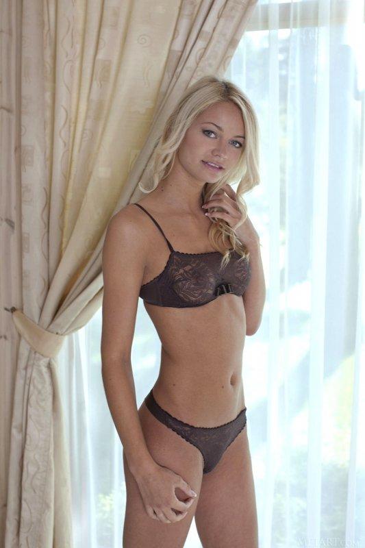 Блондинка сняла бельё в спальне - фото