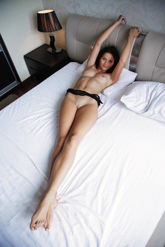Брюнетка с бритой писькой на кровати - фото
