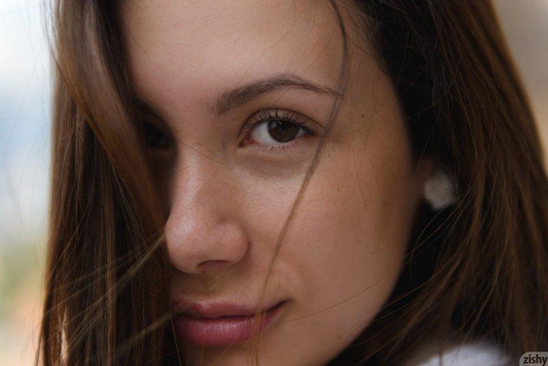 Молодая девка с белыми трусами  - фото