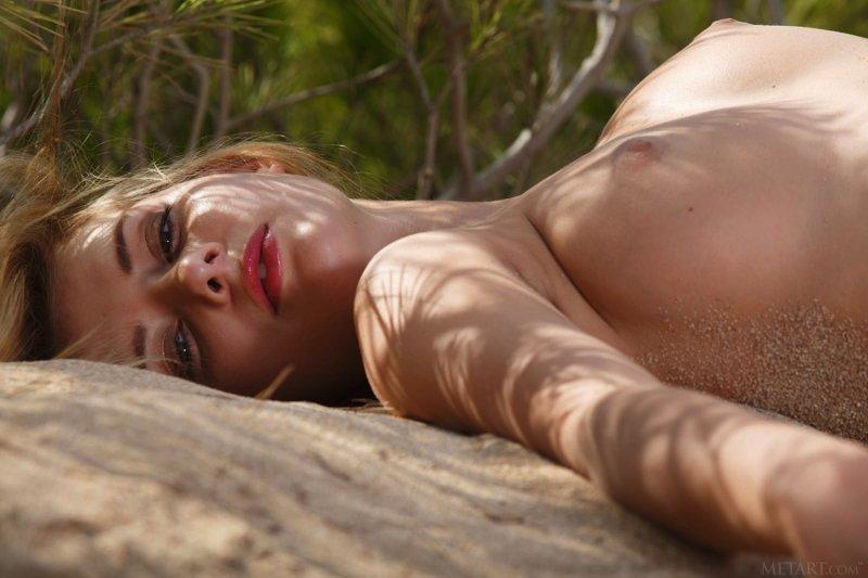 Аппетитная красавица голая на пляже - фото