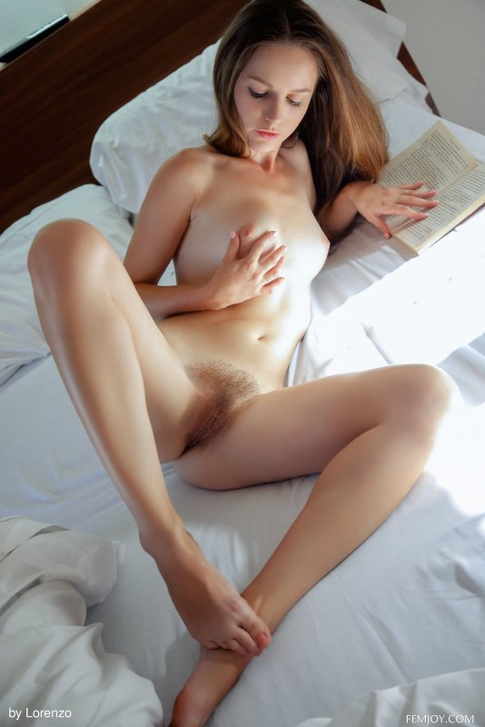 Девушка с заросшим лобком и писькой - фото