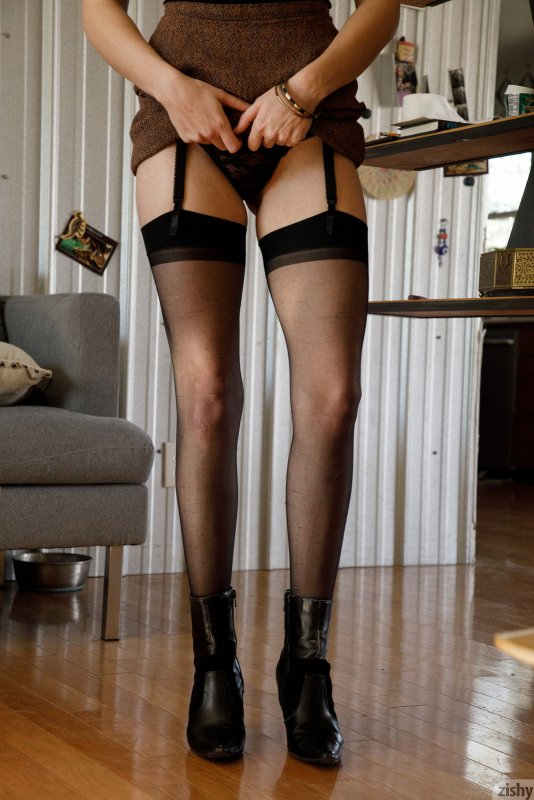 Шалава в чулках и короткой юбке с трусами - фото
